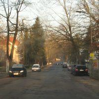 Ausnahmsweise mal keine Abzocke: 30-Zone, keine Straßenmarkierungen, rechts vor links und ein gnädiges Auslöselimit von 44 km/h.