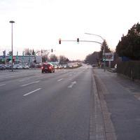 Anfahrtsansicht. Ampel mit Rotlichtblitzer, dahinter der Kombi zur mobilen Geschwindigkeitsmessung.