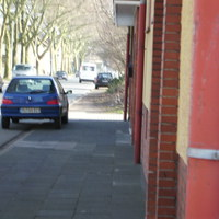 Der schwarze Kombi steht parkend am Fahrbahnrand, bewaffnet mit Radargerät. Der Beamte gibt per Funk die geblitzten Kennzeichen durch, n paar Meter weiter zieht die Polizei die Wagen heraus.