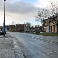 Anfahrtsansicht kurz nach dem Ortseingang von Wintersdorf kommend, rechts das Feuerwehrhaus. Geblitzt am gelben Wegweiserschild.