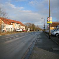 Anfahrtsansicht, links das Ammerndorfer Feuerwehrhaus. Blitzer LINKS unter der Firmentafel.