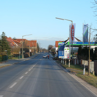 Anfahrtsansicht. Links hinter der Preistafel der Tankstelle ist er schon zu sehen der silberne Opel Combo der VPI Fürth.
