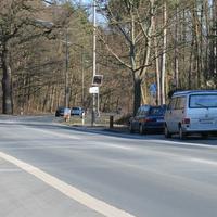 Leider nur dieses eine Foto, da der Radarwagen (Opel Vectra) genau in dem Moment weggefahren ist. Die Messtelle befand sich unmittelbar vor dem Waldstück durch das man nach knapp 0,5 km zur Äußeren Bayreuther Strasse gelangt   ...ob es an weiter vorne gelegenen Stellen nicht sinnvoller wäre?
