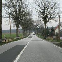 Blick auf die 1,8 km lange Gerade. Gerade am Wochenende können hier höhere Geschwindigkeiten gemessen werden, da dies die Verkehrsdichte zulässt.