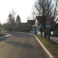 Ein kurzes Stück ist diesem Dorf ist vorübergehend auf 30 km/h begrenzt.