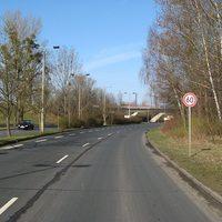 Ab hier gelten 60 km/h statt vorher 70 km/h. Die Messstelle befindet sich kurz vor der Brücke.