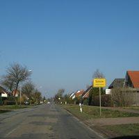Ortseingang Sukow aus Göhren kommend. Die Straße lädt förmlich zur Lasermessung ein.