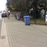 """Heute war wieder mal das """"Mülltonnenspiel"""" angesagt. Vorne die blaue Papiertonne, dahinter die graue Tonne mit rotem Blitz"""