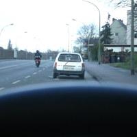 unaufällig parkte am Straßenrand bekanntes Duisburger Meßfahrzeug mit dem schläfrigen Meßbeamten.