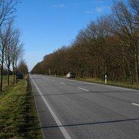 Anfahrt. Einer der schnurgeraden Abschnitte zwischen Ludwigslust und Schwerin.