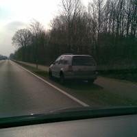 """""""Ganz"""" unaufällig am rechten Strassenrand. Kilometerweit das einzige Auto  MS-MZ *** ( Wechselkennzeichen)"""