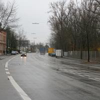 Geblitzt wurde nach einer langezogenen Rechtskurve von der Hügelstraße kommend.
