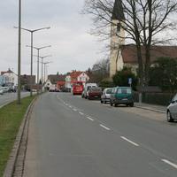 Anfahrt in Richtung Eibacher Hauptstrasse   ...da spitzt doch tatsächlich ein silberner Peugeot Kastenwagen am Parkstreifen hervor...