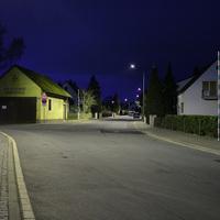 Wer die Strasse bei Dunkelheit kennt, erkennt sie vielleicht nicht gleich wieder, da die Strassenbeleuchtung eigentlich orange ist und in Wirklichkeit ganz anders aussieht   ...und dunkler ist es auch.
