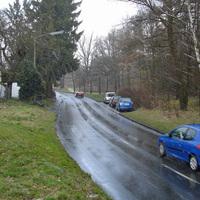 """Üblicher Messpunkt in der """"langgezogenen S-Kurve"""". Heute der silberne Peugeot Partner."""