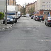 übliche Anfahrt mit vielen geparkten Autos.