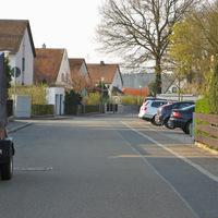 Anfahrt. Grund der Messung ist der Kindergarten, der sich rechts auf Höhe der geparkten Autos befindet.