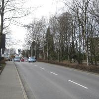 Anfahrtsansicht: Es handelt sich hier um die Straße mit den meisten Messpunkten in Lüdenscheid. Eine lange 30er-Zone am Klinikum. Leider versperrt der Beattle die Sicht...