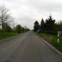 Anfahrt. Man hat das Wohngebiet von Wüstmark (30-Zone) gerade verlassen.