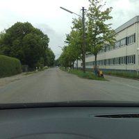 Anfahrt, Stadteinwärts; schön gerade Strasse; neue Messstell und ein mir neues Messfahrzeug (TÖL-XY): Skoda Roomster; Fahrzeug schon leicht zu erkennen (blauer Punkt!)
