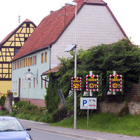 Bild 1 zeigt die Tafel in Richtung Marktheidenfeld. Wird - wie hier - nicht schneller als 50 gefahren, lacht der Smiley, ab 51 nicht mehr (vgl. Bild weiter weg). Die Tafel ist somit strenger als die Blitzer, die bei der VPI Würzburg erst ab +10 km/h zu schnell auslösen...
