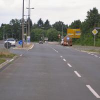 Anfahrt. Man kam von der Verbindungsstraße West, auf der 80 erlaubt sind, dann kommt das Ortseingangsschild und man lässt das Fahrzeug ausrollen. Diesmal sollte man jedoch lieber mal kurz auf unter 61km/h abbremsen.