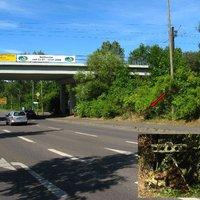 Ungefähre Anfahrtsansicht. Der Radiomeldung nach habe ich hier unser Laserkommando erwartet, aber weit gefehlt ;o) Sensor der Eso-Anlage siehe Pfeil, die beiden Blitze und die Kamera standen im Schatten der Brücke.