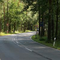 Anfahrtsansicht vor der Kurve   ...der Hinweis auf den Bahnübergang in 160 Metern und die dort geltende Geschwindigkeitsbeschränkung auf 50 km/h sind schon zu sehen   ...geblitzt wird aber noch im 60er Bereich.