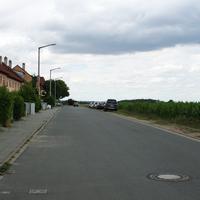 Anfahrtsansicht nach Linkskurve von der Kellermannstrasse kommend.