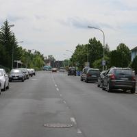 Anfahrtsansicht   ...der schwarze VW Caddy der Würzburger Polizei steht unmittelbar vor der Eimündung in die Johann-Korb-Strasse.