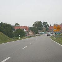 Anfahrt auf die Messstelle, welche kurz vor der folgenden Kreuzung am Supermarkt folgt.