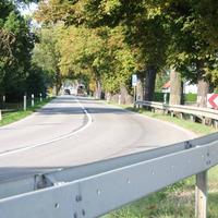 Anfahrtsansicht. Die Messstelle befindet sich etwa 300 Meter nach der Linkskurve kurz vor dem Ortsausgang.