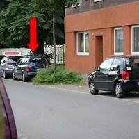 gesehen in Gelsenkirchen-Feldmark auf der Küppersbuschstraße gegenüber Werktor der Firma *KÜPPERSBUSCH*. Opel Astra, dunkelblau, GE - HD 958