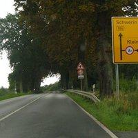 Anfahrt. Hier handelt es sich definitiv um eine Gefahrenstelle. Einerseits kann man den Einmündungsbereich von hier recht spät einsehen, und im Gegenzug erkennt der auf die B 106 fahrende Verkehr die aus Wismar kommenden Fzg. genauso schlecht.