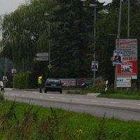 """Ungefähre Anfahrt. Am linken Bildrand ein """"60""""-Schild, welches auf gleicher Höhe wie die Ortstafel steht."""