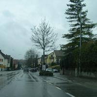 Hier erst mal der stationäre Blitzer am Ortseingang von Böckingen kommend. Wer danach wieder aufs Gas treten wollte, sollte den silbernen Vito des O-Amtes Heilbronn am rechten Straßenrand nicht übersehen, denn Fotoeinheit und Lichtschranke waren gut verborgen.