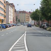 Kurz nach dem Beginn der Frankenstrasse in Fahrtrichtung Dutzendteich: Rechts am Straßenrand der silberne VW Caddy der neuerdings in Nürnberg sein Unwesen treibt.