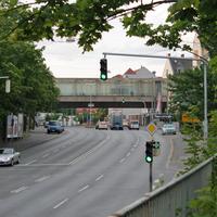 Sigmundstrasse unmittelbar nach der Zug- und Autobahnunterführung in Fahrtrichtung Fürther Strasse: gelasert wird aus dem verkehrt herum geparkten Streifenwagen rechts. Besonders gefährlich da im Messbereich relativ hohe Geschwindigkeiten möglich sind   ;-)