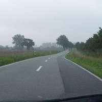 Anfahrtansicht, Landstraße, 100 erlaubt, noch ziemlich früh am Tag.