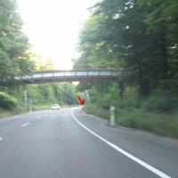 Anfahrtsansicht: hinter dem leichten Knick nach der Brücke die Meßstelle.
