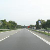 weite Anfahrtsansicht. Von Stuttgart/Ulm kommend wird die Geschwindigkeit von unbegrenzt bis auf 60 km/h getrichtert. Ein geübtes Auge kann schwarze Punkte an der Leitplanke erkennen. Die Stelle ist eh bekannt und war auch auf den Radiosendern zu hören.