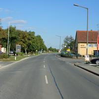 Typische Anfahrtsansicht in Ammerndorf, Fahrtrichtung Wintersdorf: Links die Feuerwehr, rechts Auto Herzog und Bushaltestelle.