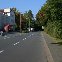Anfahrt in Richtung der Kreuzung Bahnhofstr. / Jahnstr.   ...wer den weißen Mercedes Vito am linken Fahrbahnrand nicht schon verdächtig findet hat eigentlich wenig Chancen rechtzeitig was zu erkennen.