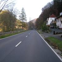 Richtung Pottenstein; das weiße Einsatzfahrzeug parkt auf einem Privatgrundstück.