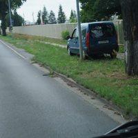 kurz hinter Abzweig Richtung Osteroda auf der rechten Seite bzw. kurz vor Opel und Renault  Autohaus am Ortsausgang Richtung Bad Liebenwerda stand mal wieder der bekannte  blaue Renault Kangoo ( EE-3792)