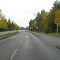 Anfahrtsansicht. Im Weg rechts stand der blaue Messwagen, den man von der Straße in 50m Entfernung erkennen konnte. Der Sensor steht etwa 5 Meter nach dem Weg.