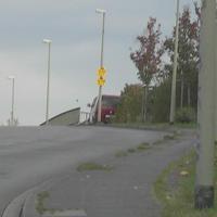 Eine ganz bekannte Meßstelle in Duisburg. Dies ist der Meßwagen. In der Lärmschutzwand ist die Tür zur B288. Dort wird geblitzt.