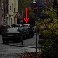 Mit Pfeil gekennzeichnet der Radarwagen des geliebten Duisburger Ordnungsamtes.