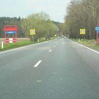 Anfahrt. Hinten links (am Waldrand) läuft der Postweg und kommt an der Lampe (hinten) auf die Klagenfurtlaan. Am zweiten Neonschild (gelb) rechts steht der Blitzer (Autos werden von hinten geblitz). Hinter den Bäumen rechts ist der Fahrradweg, wo das Messauto steht. Die Klagenfurtlaan ist die Str. die A61(D-Grenze Schwanenhaus/NL-Keulse Barriere)mit der A67(Eindhoven)verbindet. Am 14.10.08 wurde hier geblitz und Keulse Barriere (keine 3 km auseinander). ABZOCKER!