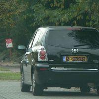 Hier die Nr.3 von den Toyota Corolla Verso(Schwarz). Standort vor Hausnummer 136a. Aus der Frontscheibe wird abfließend geblitzt. Siehe auch den ersten Eintrag von Venlo.